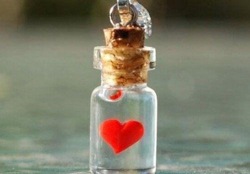 Een klein flesje met een hartje erin, want wie goed doet, liefde ontmoet