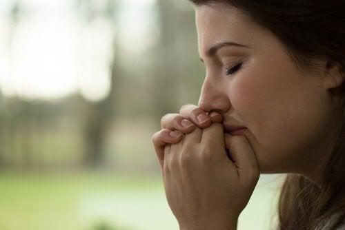 Vrouw die huilt omdat ze een gebroken hart heeft