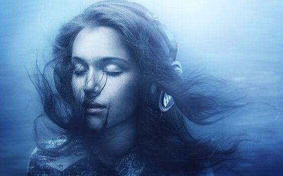 Vrouw die onder water naar witte ruis luistert