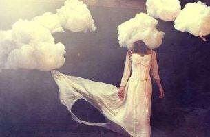 Vrouw met haar hoofd in de wolken als voorbeeld van hoe angst zich vermomt