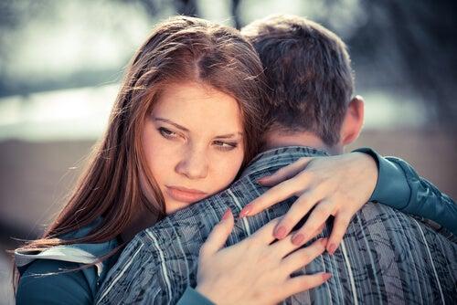 Meisje met een passief-agressieve persoonlijkheid die een man knuffelt