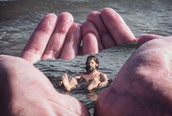 Man die baddert in twee grote handen in zijn vrije tijd