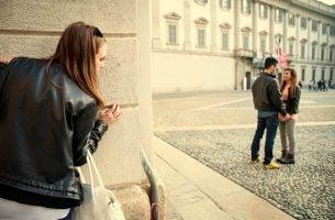 Meisje bespioneert vriend en moet dealen met jaloers zijn