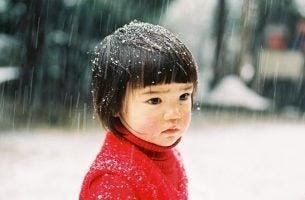 Klein meisje in de sneeuw