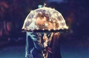 Koppel samen onder een paraplu dat tegen elkaar zegt: ik geloof in je