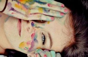 Vrouw die zichzelf heeft versierd met verf vanuit het motto: wees proactief