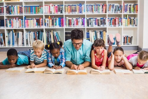 Een goede leraar die leest met zijn leerlingen