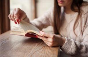 Vrouw die een boek leest want zij heeft een gebroken hart