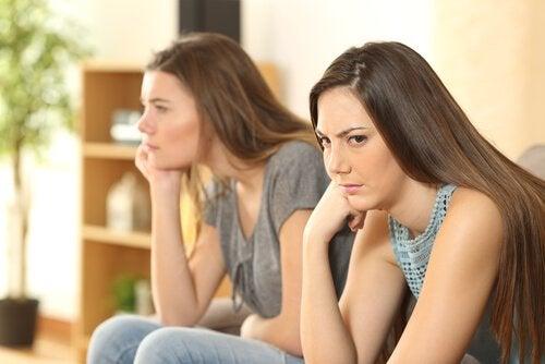 Twee meisjes die boos zijn op elkaar