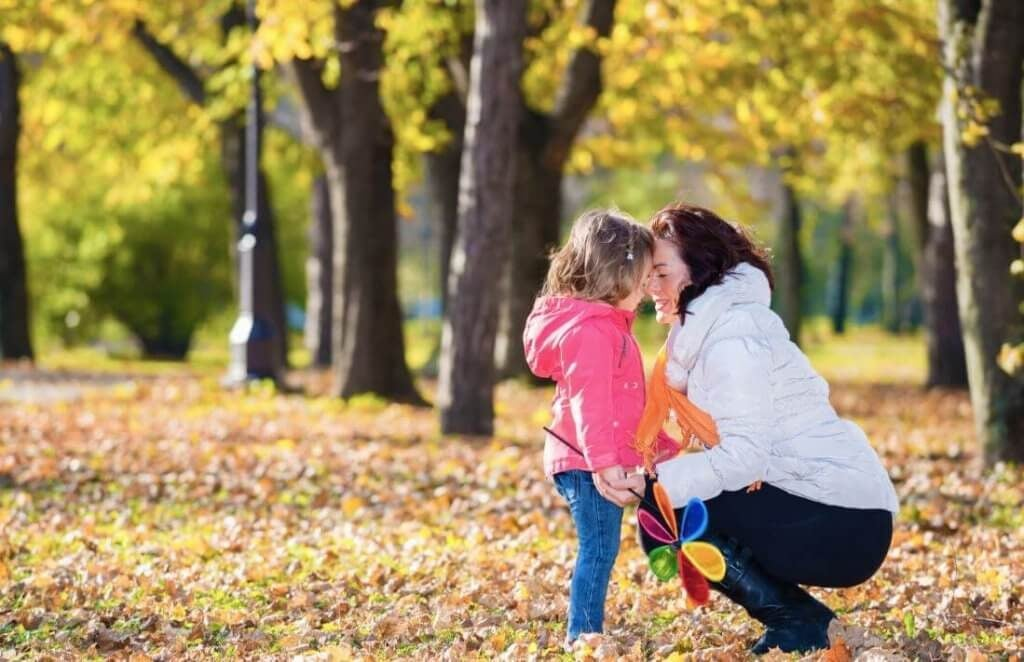 Moeder met dochter in het park