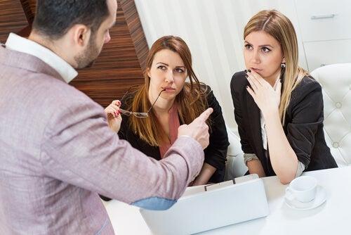 Drie collega's die met elkaar overleggen