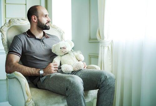 Man met Peter Pan-syndroom houdt vast aan teddybeer