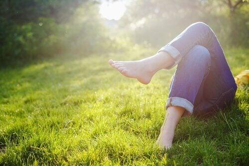 Meisje rust uit in het gras