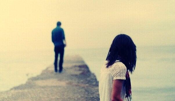 Jongen loopt weg van meisje en zegt hiermee: ik hou niet meer van je