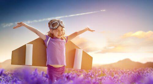 Een meisje dat kartonnen vleugels draagt