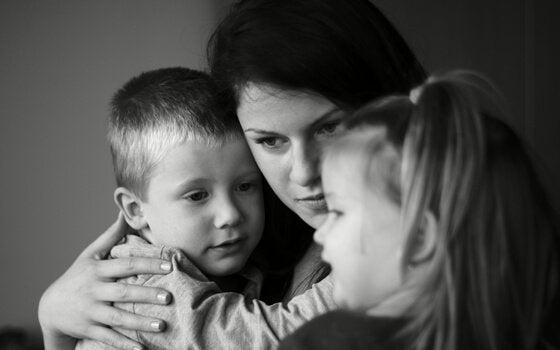 Moeder die haar kinderen omhelst