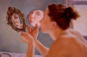 Vrouw die in de spiegel kijkt en zo narcisme en zelfvertrouwen toont