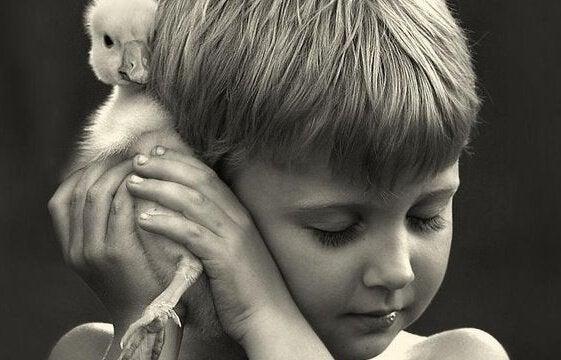 Jongetje met een klein vogeltje