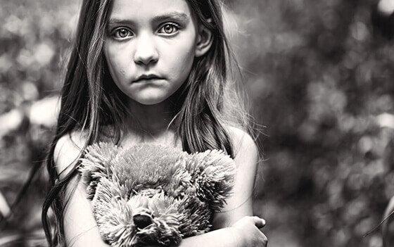 Droevig meisje als gevolg van het gedrag van haar giftige ouders