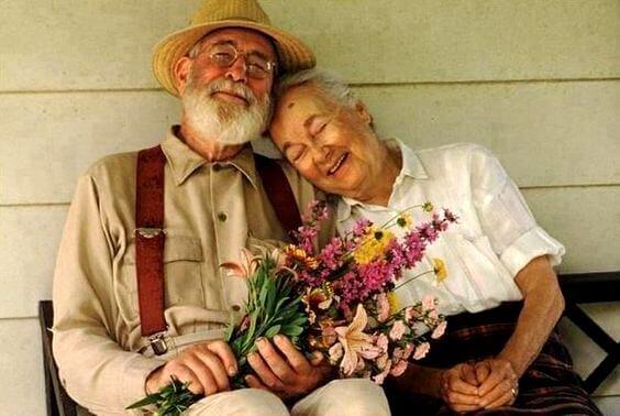 Ouderen die samen op hun veranda zitten