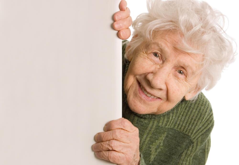 Schattige oudere vrouw