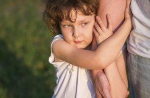 Verwende kinderen houden stevig vast aan hun moeder
