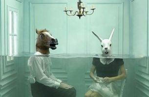 Man met paardenhoofd, vrouw met konijnenhoofd: cynisme