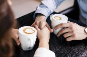 Praten over je gevoelens tijdens het drinken van een kopje koffie