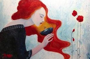 Vrouw die in haar glas kijkt