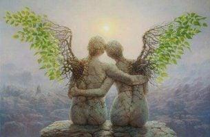 Twee standbeelden die leren liefhebben terwijl ze kijken naar de ondergaande zon