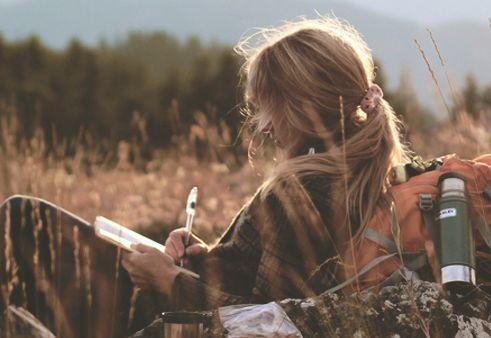 Meisje dat een brief schrijft om vaarwel te zeggen