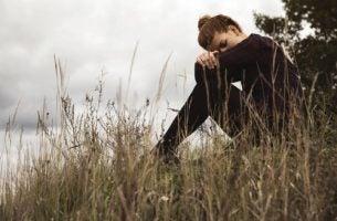 Meisje dat zich schuldig voelt na het verbreken van een relatie