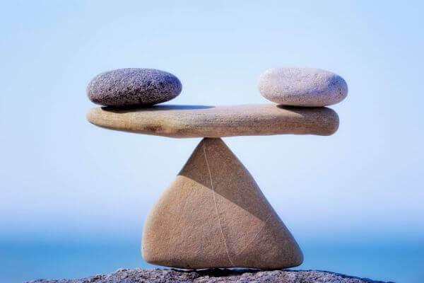 Twee stenen die in evenwicht worden gehouden