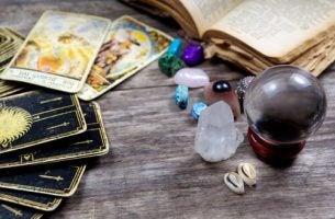 Tarot kaarten en andere spirituele dingen als voorbeeld van het menselijke geloof in pseudowetenschappen