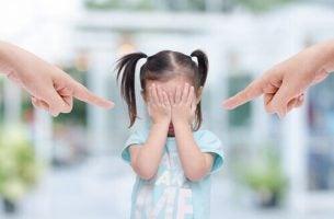 Meisje dat staat te huilen als gevolg van het gedrag van haar giftige ouders