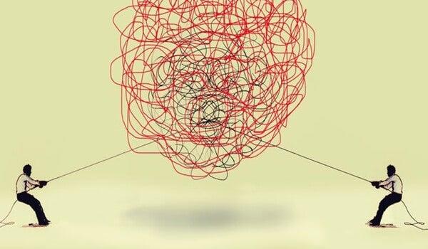 Twee mensen trekken ieder aan een ander uiteinde van een ingewikkelde knoop