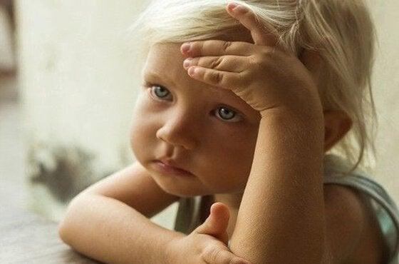 Klein kindje dat droevig kijkt