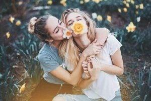 Twee vriendinnen die vriendelijk zijn tegen elkaar
