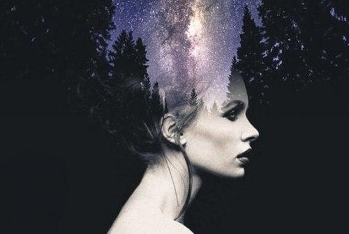 Gezicht van een vrouw waar een bos achter te zien is