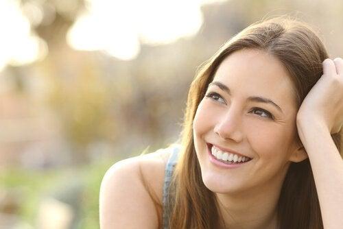 Vrouw die glimlacht en zich nergens voor hoeft te schamen