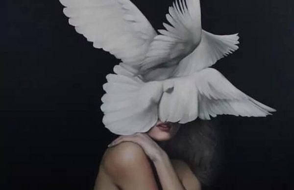 Vrouw met witte duiven