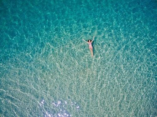 Vrouw in de zee