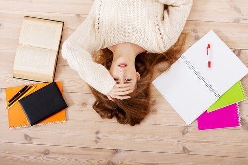 Meisje met hoofdpijn: een van de tekenen dat je toe bent aan rust