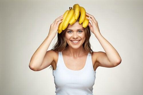 Vrouw met bananen op hoofd