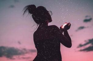 Vrouw met sterrenstof weet hoe ze moet waarnemen vanuit het hart
