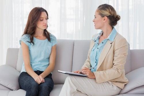 Vrouw die met een psycholoog praat, maar wat is beter, medicatie of therapie?