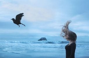 Vrouw die staat uit te waaien op het strand, maar waar je vandaan komt is minder belangrijk dan waar je naartoe gaat