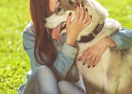 Vrouw die haar hond knuffelt