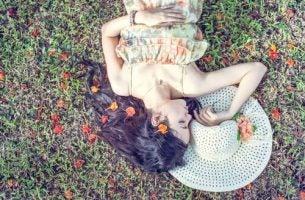 Meisje dat ligt te genieten in het gras