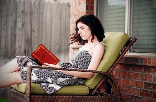Boeken lezen op de veranda